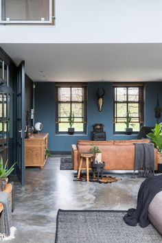 En leren bank blue walls, concrete floor and leather couch vtwonen Living Room Flooring, Home Living Room, Living Spaces, Blue Rooms, Blue Walls, Style At Home, Gravity Home, Home And Deco, Concrete Floors