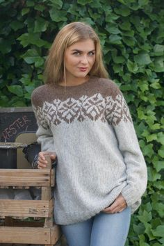 MAYA Kiss Brun - Oppskrift strikkegenser dame - Lilly is Love Fair Isle Knitting Patterns, Knitting Designs, Knit Patterns, Icelandic Sweaters, Mittens Pattern, Pulls, Baby Knitting, Knitwear, Knit Crochet