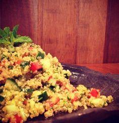 Tabule de quinoa, do Lox Deli Ingredientes: 300g de quinoa 2 tomates grandes 1 pepino japonês médio 1 cebola pequena 1 maço de salsinha 1 maço de hortelã 50ml de azeite extra virgem sal e pimenta