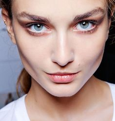 THE INDUSTRY-INSIDER TIPS ON CREATING A FLAWLESS BASE… a few do's and don't's to DON'T go overboard… Dot foundation onto your forehead and nose, then blend before looking to see if other areas need coverage or can be left bare. DO prep the skin… Give your moisturiser 10 minutes to sink on before you start …