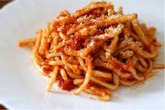La cocina toscana es una de las más valoradas de Italia. Alguna de sus recetas más simples son las más ricas. He aquí un ejemplo, los pici all'aglione. Se