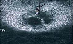 Elicopter ce se apropie de suprafața apei