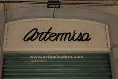 Tienda de productos esotéricos ARTEMISA, calle Penedés, Barcelona.