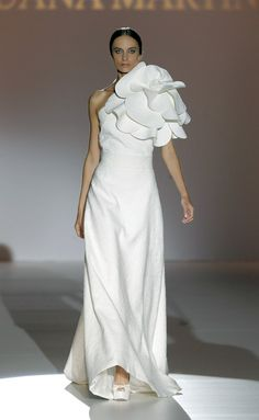 Juana Martin - Vestido de novia con gran flor como adorno.