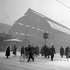 Winter Vintage Berlin: Schneetreiben auf dem Alexanderplatz, 1954.