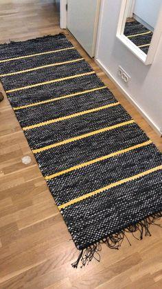 Sonjan matto. Kuteena 1) mustista farkuista ja housuista leikattu kude, 2) musta-harmaa-valkoinen pussilakana ja 3) grafiitinharmaa ostotrikoo. Keltaisissa raidoissa on käytetty pääasiassa keltaisista puuvillaverhoista leikattua kudetta. Locker Rugs, Weaving Patterns, Mug Rugs, Crochet For Beginners, Zara Home, Woven Rug, Rug Making, Scandinavian Style, Pattern Design