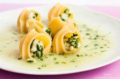 Caracolas rellenas de calamares en salsa verde de cilantro y albahaca