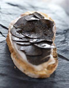 Recette Tartines au lard de colonnata et truffes : Pelez la truffe et découpez-la en très fines lamelles (à l'aide d'une râpe à truffe). Les chutes seront coupées en bâtonnets. Faites griller les tranches de pain. Déposez le lard dessus. Répartissez les lamelles de truffe sur les tartin...
