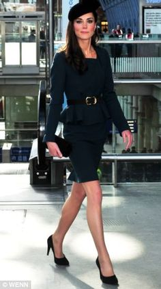 Kate Middleton wears a pencil skirt suit from LK Bennett as she poses at St Pancras station as part of a royal visit to Leicester with the Queen - vote the on celebrity fashion, style and red carpet looks in GLAMOUR.COM's Dos and Don'ts Royal Fashion, Look Fashion, Fashion Outfits, Looks Kate Middleton, Duchesse Kate, Princesse Kate Middleton, Pantyhosed Legs, Herzogin Von Cambridge, Estilo Real