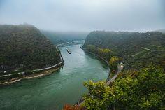 Über dem Rhein hängt der Nebel tief. Wer meinen Blog aufmerksam liest, wird wissen, ich mag das sehr. Mich beschleicht dann stets ein Gefühl von Geborgenheit und Frieden. Vermutlich, weil im Nebel kaum etwas zu erkennen ist und damit gleichzeitig ausgeblendet wird, was verstören oder gar ängstigen könnte. Auch ist es einfach schön, das Auge mal optisch zu entlasten. Bei der ganzen Ablenkung heutzutage. Ganz entspannt ins Nichts schauen… Kann doch auch mal schön sein. Outdoor, Boring Life, Forest School, Mists, Outdoors, Outdoor Games, The Great Outdoors