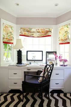 Desk built-in to a bay window...love how it surrounds the desk in natural light! (Marlien Rentmeester - Le Catch) Home Office Space, Home Office Desks, Office Nook, Kitchen Office, Built In Desk, Built Ins, Window Desk, Room Window, Trendy Home