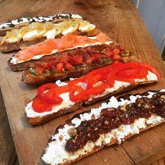 """223 mentions J'aime, 7 commentaires - Cuisine de mémé Moniq (@mememoniq) sur Instagram: """"Assiette de toasts (pain maison) 1 : confiture de figue, fromage de chèvre, noix 2 : ricotta,…"""""""