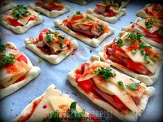 Tomato And Basil Tart Snack Recipes, Snacks, Bruschetta, Love Food, Basil, Hamburger, Tart, Catering, Food Porn