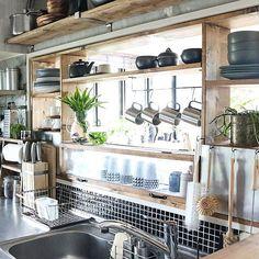 収納スペースの少ない一人暮らしのキッチンや、家族が増えてたくさんの食器を収納しなければいけないなど、キッチンの整理整頓は悩みが尽きません。そこで今回は、引き出しや棚の中、シンク下など限られたスペースを有効活用したコツとポイントを総ざらい!無印やニトリを始め、100均などプチプラアイテムを使ったアイデアをご紹介します。
