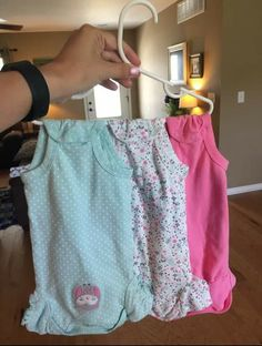 Way to organize baby clothes—Such a great way to hang baby clothes! You don't have to deal with them sliding off the baby hanger and few hangers to buy if you already have spare adult hangers. Mama Hacks, Baby Life Hacks, Baby Clothes Hangers, Organize Baby Clothes, Baby Storage, Baby Clothes Storage, Everything Baby, Baby Time, Future Baby