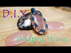 How to make macrame knot wrap cabochon pendant stones with cotton waxed thread Macrame Jewelry Tutorial, Macrame Art, Macrame Projects, Macrame Necklace, Macrame Knots, Macrame Bracelets, Micro Macramé, Bijoux Wire Wrap, Stone Wrapping