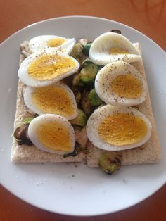 Pepper cracker bread, thin smear of light mayo, topped with stir fried chestnut mushroom and brussel sprouts, boiled egg seasoned with cracked pepper and salt Dinner Recipes For Kids, Healthy Dinner Recipes, Kids Meals, Yummy Recipes, Recipies, Diet Breakfast, Breakfast For Kids, Cohen Diet Recipes, Healthy Cat Treats