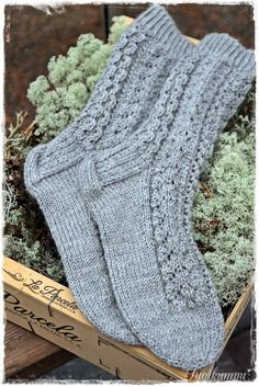 Suvikumpu: Pitsisukat huhtikuun pitsisukat Diy Crochet And Knitting, Crochet Socks, Knit Mittens, Knitting Socks, Hand Knitting, Knitting Patterns, Warm Socks, Diy Clothing, Yarn Crafts