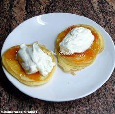 1) Vyšleháme si lžíci krupicového cukru se žloutky a trochou soli. Postupně přidáváme mouku smíchano...