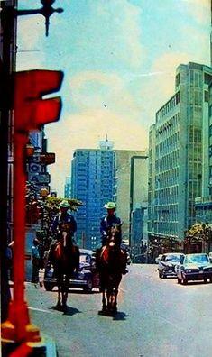 Una foto de 1973, muestra a la Policía Metropolitana de Caracas, vigilando a los pocos habitantes de la época a caballo. Venezuela
