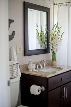 Bloemen zien er niet alleen fris uit, ze ruiken natuurlijk ook heerlijk! Breng dus meer bloemen in jouw badkamer!