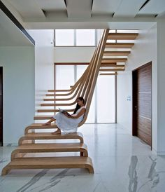 Красиво, но не практично. Эта лестница может быть в домах, где проживают молодые и здоровые люди без детей