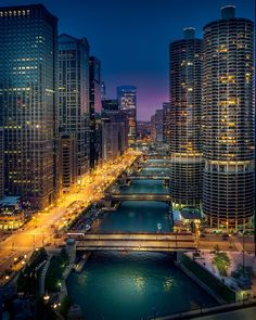 View of the Chicago River from the LondonHouse Hotels rooftop bar - corner of North Michigan Avenue and Wacker Drive - Chicago, Illinois Chicago River, Chicago City, Chicago Skyline, Chicago Illinois, Chicago Today, Chicago Lake, Chicago Usa, Chicago Photos, Chicago Photography