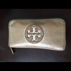 Tory Burch champagne wallet Champagne crinkled logo Tory burch wallet. Neutral color so it goes with any color purse! Lightly loved, I would say overall in great condition. Tory Burch Bags Wallets