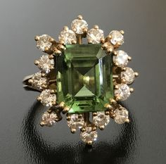 Wonderful 18 kt gold ring with a central emerald-cut peridot (4.5 ct) in a G/VVS diamond star (1.12 ct)