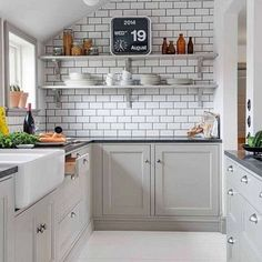 These pictures will have you pinpointing the kitchen details you want in your new kitchen or reno. Get inspired by the most beautiful kitchens. Kitchen Cabinet Design, Interior Design Kitchen, Kitchen Cabinets, Dark Cabinets, Küchen Design, Home Design, Design Ideas, Design Trends, New Kitchen