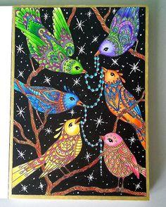 Pajarillos pintados con lápices Giotto, fondo con Posca y boli Sakura gel blanco. #hannakarlzon #vinterdrömmar #winterdreams #dagdrömmar #sommarnatt #giotto #posca #arte_e_colorir #arttherapie #pájaros #colouring