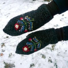 Page not found - Icelandic Knitter - Hélène Magnússon Knit Mittens, Knitted Gloves, Knitting Designs, Knitting Patterns, Knitting Ideas, Ravelry, Wrist Warmers, Hand Warmers, Cecile