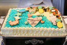 海が大好きで、クルーズウェディングを叶えらえた卒花嫁さま。ウェディングケーキも海を表現したデザインにされました。上に飾られた海をモチーフにしたアイシングクッキーは、ご新婦さまとご友人の手作りだそう… 挙式準備でお忙しくケーキ全体を手作りするのが難しい中でも、ご自身の手作りを取り入れられる素敵なアイデアですね!