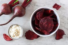 Regular potato chips are high in fat and don't have any health benefits. Why not swap 'em out for beet chips? The best thing about beet chips is that you can make them at home in 5 simple steps. Veggie Juice, Veggie Chips, Full Body Detox, Detox Your Body, Tempeh, Protein Pro Tag, Baked Beet Chips, Natural Detox Drinks, Healthy Detox