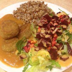 Obiad falafele sos pieczeniowy kasza gryczana surówka z burakiem  #falafel #lunch #lunchtime #wege #weganizm #weganski #weganskie #vege #vegan #veganfood #glutenfree #glutenfreevegan by wege.mena