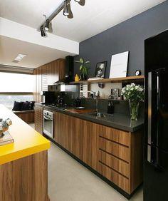 Cozinhas integradas pedem um capricho a mais! A bancada em chumbo da mesma cor da parede dá continuidade e os móveis amadeirados e a bancada amarela completaram a linda composição! Amei Via @almocodesexta #cozinhadesigndecor #olioliteam