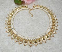 Necklace Woven with Golden Pyramid Beads and Cream by IndulgedGirl - hvide superduo - lys guld pyramideperler - lys guld små dråber og lys guld seed