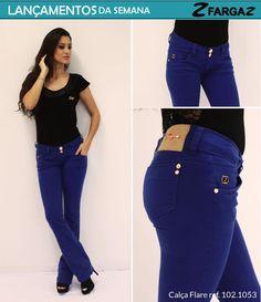 Outro lançamento da Fargaz Jeans para essa semana é a calça flare na cor azul royal, também com detalhes em dourado.