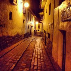 One of the many colonial streets in Cuzco, Peru. Houses were built on top of the Inka's ruins. American Houses, Central America, Pretty Cool, Peru, Colonial, Street, City, Building, Awesome