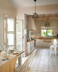 Decorada en blanco y madera  Su almacenaje está pensado para tenerlo todo a mano. Muy práctico para ganar tiempo en la cocina.