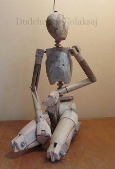 Шарнирная , деревянная кукла-манекен, четвёртого поколения, Колаксая. Авторское изобретение.Без отделки. Предназначена для учебного рисунка, поиска композиции в скульптуре, игр, украшения интерьера.Высота 60 см. Ни один , из выпускаемых манекенов и манекенов прошлого, не имеет таких же