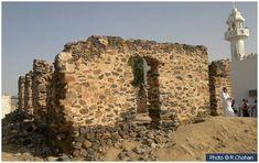 This masjid marks the spot where the treaty of Hudaybiah took place between the Muslims and the Quraysh in 6 AH. Islamic Sites, Masjid Haram, Mecca Kaaba, History Of Islam, Arabian Art, Mekkah, Islamic Wall Art, Islamic Teachings, Islamic Images
