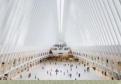 the Oculus, Blick von der Aussichtsplattform zu den Passanten, futuristischer Bahnhof des Star Architekten Santiago Calatrava bei der World Trade Center Gedenkstätte, Manhattan, New York, USA, Vereinigte Staaten von Amerika