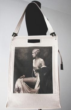 A large bag that can be worn on the shoulder or, as the case may be, the handles cut in the material, where you can find everything you need . with a vintage print, inspired by the fashion of the Vintage Prints, Vintage Photos, Canvas Shoulder Bag, Urban Fashion, Purses And Bags, Gym Bag, 1930s, Inspired, Etsy