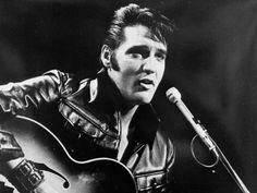 El músico y cantante Elvis Presley (1935–1977) es considerado el Rey del Rock y uno de sus pioneros. Elvis se convirtió en un ícono de este estilo musical gracias a sus bailes, su vestimenta y su capacidad vocal.