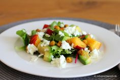 BBQ-Salat mit Nektarine, Avocado, Feta und gerösteten Kichererbsen