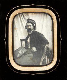 Daguerréotype Jean-François Montessuy (1804-1876) Portrait du peintre lyonnais avec sa palette, 1847 1/4 de plaque Légendes manuscrites à l'encre sur plusieurs étiquettes au dos du montage 9 x 7 cm, dans un cadre en bois sculpté noir. Estimation : 6 000 - 7 000 €. Mis en vente par Millon & Associés à Paris le mardi 13 octobre 2015