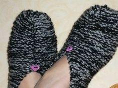 voici les chaussons adultes Ces chaussons sont idéal d'un 38 à un 41. j'ai pris des aiguilles N°6 et j'ai tricoté en...