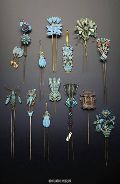 China Collection of gilt metal and Kingfisher feather hair ornaments; formed as single and double pronged hairpins, four earpick-hairpins, one formed as a pagoda containing a seated figure, the others with foliate designs, insects and birds Qing Dynas Antique Jewelry, Vintage Jewelry, Bijoux Art Nouveau, Vintage Hair Combs, Hair Jewels, Feathered Hairstyles, Hair Accessories For Women, Hair Ornaments, Hat Pins