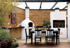 Tijolo aparente + maderia escura + forno de pizza e churrasqueira recebem destaque com o branco;